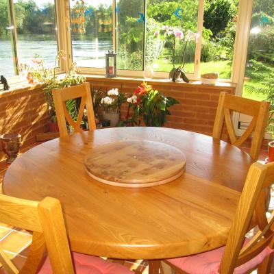 Table à manger ronde en bois massif, fabriquée par Pascal Bouton